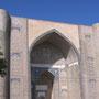 Pishtak (portail monumental) de la mosquée Bibi Khanum construite à sa Samarcande sous les ordres de Timour (photo : C.Ollagnier, 2008)