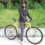 Una fan Margot fiera della sua bici