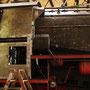 Neu angebrachte Seitenwand mit Wartungsöffnung auf der Lokführerseite