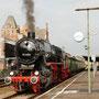 Mit der Filmcrew im Zug steht 52 6106 abfahrbereit im Gerolsteiner Bahnhof - Foto: Jörg Petry II