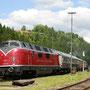 Nach der Ankunft in Gerolstein hat die V 200 den Zug bis an den Lokschuppenbahnsteig geschoben
