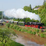 Mit einer herrlichen Dampffahne fährt der Zug in Pelm an der Kyll entlang - Foto: Jörg Petry I