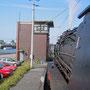 Blick von der Heizerseite der Lok auf das Stellwerk am Kanalhafen in Bottrop