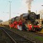 Im warmen Wintersonnenlicht steht 52 6106 nach erfolgter Lagerreparatur in Remagen am Bahnsteig