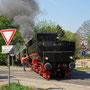 Nach Überwegsicherung der B 265 vor Schleiden steigt der Sicherungsposten wieder auf die Lok - Foto: Sven Niggemeyer