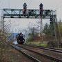 52 6106 verlässt Ehrang und durchfährt dabei eine alte Signalbrücke - Foto: Achim Müller