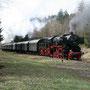 Auf der Rückfahrt verblieb die 52 am Zugschluss, hier rollt der Zug bei Darscheid hinab nach Daun - Foto: Hagen Schilder