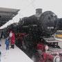 Weihnachtsmann und Dampflok beim Wendehalt in Esslingen