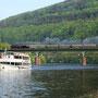 """Fahrt über die Neckarbrücke bei Neckargemünd Altstadt mit Fahrgastschiff """"Schloss Heidelberg"""" im Vordergrund - Foto: Jens Peter Schmidt"""