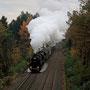 In düsterer Kulisse verlässt der Zug Solingen-Schaberg - Foto: Carsten Weigel