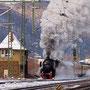 Mit prächtiger Abdampfwolke verlässt 52 6106 eindrucksvoll Oberlahnstein - Foto: Joachim Francini I