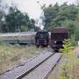 Ankunft am Zielbahnhof in Flandersbach, rechts einer der auf der Strecke vorherrschenden Kalkzüge - Foto: Bernd Bastisch