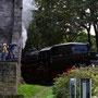 Ein Filmteam des Fernsehens verfolgt die Vorbeifahrt des Zuges an der Ruine - Foto: Dirk Wassiloff