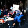 Die Teilnehmer des Seminars pauken derweil Theoriestoff - Foto: Stefan Sinne