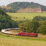 Mit den ersten 11 Wagen des Egger-Shuttles sind die drei Dieselloks der Vulkan-Eifel-Bahn bei Hohenfels auf dem Weg nach Ulmen