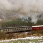 Mit einer prächtigen Dampfwolke erklimmt die 52 die Steigung bei Rockeskyll II