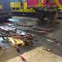 Reinigung des Bremsgestänges im Gerolsteiner Lokschuppen, im Hintergrund der Aschkasten