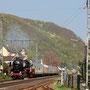 Der Zug wenig später bei der Einfahrt in Brohl, am Zugschluss die mitgeschleppte V 200 033 - Foto: Gerd Tierbach