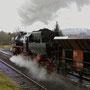 Nach dem Umsetzen verlässt die 52 mit ihrem Güterzug Ulmen Kessel voraus in Richtung Gerolstein II