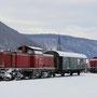 Die vom Winter gekennzeichnete V 100 2299 und der Personalbegleitwagen