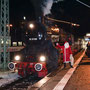 Weihnachtsmann und Dampflok in Stuttgart Hbf - Foto: Tobias Grabscheit