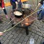 Lagerfeuer mit Pilzgerichten und Stockbrot