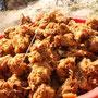 ウガンダの市場で売られる魚の唐揚げ。揚げたて最強。