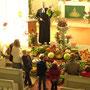 Kinder betrachten die Erntegaben im Gottesdienst
