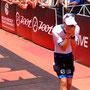 Patrick Lange kann es kaum fassen: PLatz 1 bei seiner Premiere auf der Triathlon-Langdistanz!