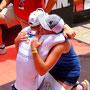 Das Glück liegt gleich hinter den Schmerzen: iQ athletik Mitarbeiterin Laura-Sophie Usinger empfängt Patrick Lange im Ziel vom Ironman Texas