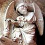 Ange dans l'encoignure du portail du Beau Dieu