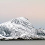 Bizarre Felsformationen begleiten uns auf den Weg nach Ørnes.