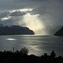 Die Abendsonne bricht durch bei Utvik