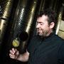 Winzer bei Weinprobe von Most