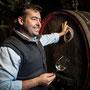 Winzer im Weinkeller mit Glas