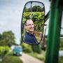 Portraitfoto von Winzer am Traktor