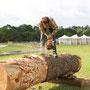 Le sculpteur Olivier Ledoux prepare le bois pour la sculpture collective