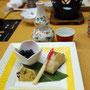 鰆の炭火焼き、黒豆の煮物と煮こごりの前菜。他に天ぷら、お刺身、茶碗蒸しに煮物。