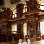 Güsel in der Stiftsbibliothek, aus der Postkartenserie 'Güsel en Tour' mit Roli Rüegg (2006)