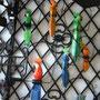 Schön bemalte Papageien auf Eisenstangen
