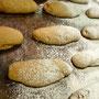 Bäckerei Weißbach › Beim Bemehlen der Rougettebrötchen - Foto: © Devant Design