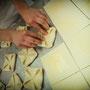 Bäckerei Weißbach › Handwerkliches Geschick beim Fertigen des Blätterteiges - Foto: © Devant Design