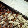 Bäckerei Weißbach › Backblech mit Hefeteig, Pflaumen und Butterstreusel - Foto: © Devant Design