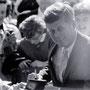 JFK signe des autographes.