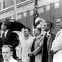 Discours du président Kennedy le 22 novembre 1963 à Fort Worth (à une cinquantaine de kilomètres de Dallas). De gauche à droite : JFK, un homme non-identifié, le sénateur Ralph Yarborough, le gouverneur texan John Connally, le vice-président Johnson.