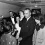 Lyndon Johnson prête serment à bord d'Air Force One. À sa gauche, Jackie Kennedy.