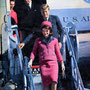 Le président Kennedy et son épouse descendent d'Air Force One, à l'aéroport de Love Field. Derrière eux, le gouverneur texan John Connally et sa femme Nellie.
