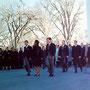 Robert Kennedy, Jackie Kennedy, Edward Kennedy et les quelques deux cent vingt personnalités politiques suivent à pied le cercueil du défunt président.