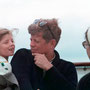 JFK, Jackie et leur fille Caroline à bord du Honey Fitz (Hyannis Port, Massachusetts - 25 août 1963).