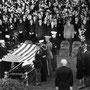 Enterrement du président au cimetière militaire d'Arlington. Au premier rang, on aperçoit le général de Gaulle.